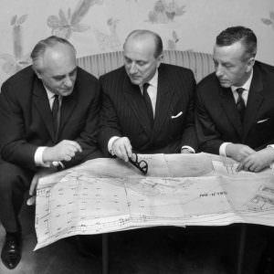 1964 Rolf Renger & Sten A Olsson Kapten Hans Baltzer discuss the expansion of the Oslokai
